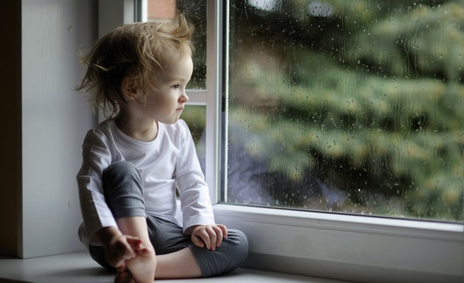 baby-girl-rain-drop-window-glass-1440x2560